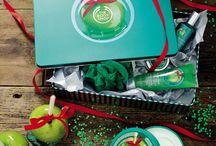 Czysta Słodycz! / Zanurz się w słodkiej przyjemności z naszą nową linią do pielęgnacji ciała o zapachu Glazed Apple, kandyzowane jabłko. Niech nie umkną Twojej uwadze nasze pozostałe świąteczne nowości - Vanilla Brulee i Frosted Cranberry, najpyszniejsze przyjemności o jakich może marzyć Twoja skóra!