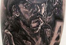 Mischas Tattoo Works / Misha kommt ursprünglich aus Sankt-Petersburg, und besuchte dort bereits eine staatliche Kunstschule. Seit 2006 lebt er in Deutschland und fing hier 2008 eine Ausbildung zum Tätowierer an. Neben dem Tätowieren absolviert er seit 2013 ein Kunststudium. So ist jedes seiner Tattoos ein Uinkat. Seine bevorzugten Stile sind :  – Realistic – Portraits – Comic – New School – Biomechanic