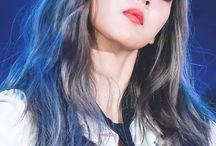"Moon Byulyi ❤️ / ""Rapper e Performer do MAMAMOO, eu sou a brilho-brilho MoonByul!""  Moonbyul Mamamoo 22/12/1992 (25 anos)"