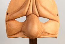 Máscaras Artcuero / Tenemos larga experiencia diseñando y creando en cuero máscaras y utilería para teatro, cine, televisión y espectáculos. Todas nuestras piezas son anatómicas de tal forma que se adaptan a la parte del cuerpo para la que están pensadas.