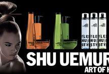 """SHU UEMURA Art Of Hair / SHU UEMURA, NUOVA TECNICA DI BELLEZZA. Lo SHU UEMURA è un'arte giapponese, finalizzata a celebrare la bellezza della donna, in tutte le sue sfaccettature. Dal 2007, la cosiddetta """"Art of Hair"""", del famoso maestro Mr Shu Uemura, da cui ha preso il nome, ha fatto la sua comparsa negli Stati Uniti, diffondendosi, da quel momento in poi, in tutti i migliori saloni del mondo, e rivolgendosi ad ogni tipo di capelli per garantire a tutti i nutrienti di cui necessita."""