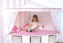 Kuschelecke - Rückzugsort für Klein und Groß / Wir haben für euch Ideen für die Kuschelecke im Kinderzimmer oder das Wohnzimmer zusammengestellt. Hier könnt ihr Kissen, Teppiche, Kuschelecken-Möbel, Vorhänge usw. finden.