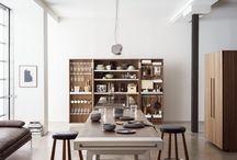 bulthaup b2 – macht aus drei Elementen eine Küche / Um Raum und Zeit für Kommunikation und Genuss zu schaffen, macht bulthaup b2 aus Küchen Werkstätten mit großer Bewegungsfreiheit. Die einzigartige Kombination von Küchenwerkbank, Küchenwerkschrank und Küchengeräteschrank schafft ein unverwechselbares Ambiente: elementar und klar in der Form, rationell und praktisch in der Funktion.