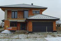 Projekt Willa Na Borowej / Projekt domu Willa na Borowej to piętrowy dom jednorodzinny dla rodziny cztero-sześcioosobowej, przykryty czterospadowym dachem. Dom jest podmiejską willą o nowoczesnej ale spokojnej architekturze.