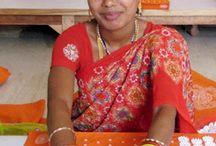La fabbrica di Varanasi, città sacra / Shakti Mat è fatto a mano in India, nella città sacra di Varanasi. La fabbrica, costruita ad hoc da Team Shakti,  impiega persone adulte (non bambini o minorenni) e garantisce uno stipendio equo, pasti gratuiti, assistenza sanitaria gratuita a tutti i membri della famiglia degli impiegati (e agli impiegati stessi, naturalmente). Persino i tavoli, utilizzati per il lavoro in fabbrica, sono stati costruiti ad hoc per facilitare posizioni yoga durante la lavorazione.