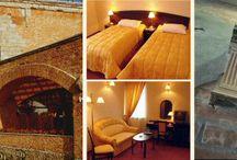 Hotel / Hotel Palatium powstał z myślą o stworzeniu przestronnego i komfortowego miejsca do organizacji przyjęć rodzinnych, spotkań firmowych, szkoleń, jak i urządzania wszelkiego rodzaju konferencji. Dogodna lokalizacja w pobliżu Warszawy, przy trasie katowickiej. Piękny ogród wokół i komfortowe noclegi dla gości.