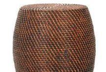 Hocker und Bänke aus Korbmaterialien / Hocker und Bänke aus Rattan, Polyrattan und Wasserhyazinthe machen Wohnräume gemütlich und bieten zudem viel Stauraum für alles, was mal eben verschwinden soll.