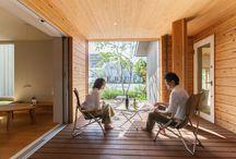 旧光の森総合住宅展示場モデル / 2016年度グッドデザイン賞受賞! 木土間――部屋の「ウチ」でもあり、「ソト」でもある空間。LDKとの間のサッシを閉じると「ソト的」に。サッシを開けると「ウチ的」に。 やわらかな木もれ日、木立の中をぬける涼やかな風。  草花の香りが開放的な「木土間」と「縁側」のある家。