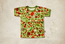 Organic Cotton Kidswear / Eine limitierte Textilkollektion von Smaragdinus, die aus 100% Bio-Baumwolle von GOTS (Global Organic Textil Standard) hergestellt wurde. Nicht nur der Naturstoff ist wichtig für Smaragdinus, sondern auch die Qualität des Fadens. Der Faden wird von OEKO-TEX Standard 100 verwendet. Die Patentknöpfe beinhalten kein Nickel.