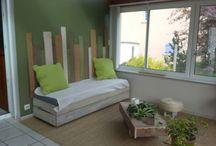 veranda palette / Sur le thème de la palette aménagement d une veranda fonction de mer au sol, banquettes en palette idem, pouf fait avec un pneu de scooter, table basse plantes