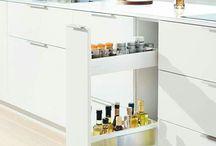 akcesoria i wyposażenie szafek / Praktyczne akcesoria ułatwiają pracę w kuchni i dbają o porządek.  Uchwyty na przyprawy i na talerze, wkład na noże, jak również obcinarki do folii aluminiowej i spożywczej znajdują się zawsze tam, gdzie są używane. Można zamówić cały zestaw lub pojedyńcze elementy.