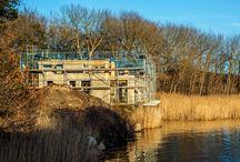 im-jaich Naturoase Gustow / Die neuen Schilfhäuser entstehen im Naturhafen Gustow auf Rügen.