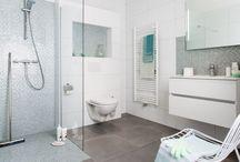 CreaLook badkamer / Houdt u van een moderne maar toch unieke uitstraling? Dan is de CreaLook echt iets voor u. De taupe kleurige betonlook tegels geven de badkamer een robuust uiterlijk. De combinatie met de witte hoogglans wandtegels maken het een moderne badkamer. Maar het toch echt de mozaïektegels die de badkamer afmaken. Die zorgen voor het speelse effect om dat het mozaïek op diverse plekken zorgen voor een fris accent.
