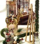 """Weihnachtsdeko Trend 2016: """"Pure & Warm"""" / Leise rieselt der Schnee - die Kerzen flackern am Adventskranz. Zuhause duftet es nach Tannenzweigen und Bratäpfeln. In wenigen Tagen steht Weihnachten vor der Tür. Weihnachtliche Strickmuster sind ein zeitloser und edler Klassiker an Weihnachten. Kombinationen aus dunklem Rot, Wollweiß, Grau und Kaffeebraun erzeugen besinnliche Stimmung. Das dunkle Rot bringt Wärme in die Dekoration, während mit rustikalem Holz, das robust und rau sein darf, stilbewusst ein komfortables Heim kreiert wird."""