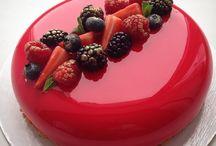 ミラーケーキ (Mirror Glazed) / ロシアのパテシェ「オルガ ノスコバ (Olga Noskova) 」の作品など、表面がガラスのような、光沢のあるケーキを集めたボードです。