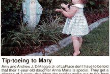 Dítě Anna Maria a její soška Panny Marie pomocnice.