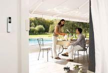 Somfy Buitenzonwering en rolluiken / Wat te doen tegen de zon.. het klinkt misschien raar maar hoe lekker de zon ook is wij moeten ons er wel tegen beschermen! Hoe kunnen we dat doen? Door bijvoorbeeld zonwering aan te brengen boven  je terras zodat je toch niet pal in de zon zit maar toch lekker buiten bent. En is je terras voor het raam dan zullen je planten er ook blij mee zijn. Een ander voordeel is van bijvoorbeeld rolluiken dat je de temperatuur binnen beter onder controle houdt.