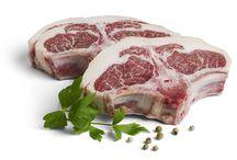 Økologisk kød / Knuthenlund producerer en række velsmagende kødudskæringer fra vores fritgående køer, får og sortbrogede grise. Det smager, så du kan høre bierne summe på marken.