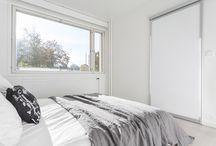 Oikeita koteja / Kaunis valkoinen koti Turussa. Inarian liukuovikaapistot makuuhuoneen vaatkaappina, eteisessä sekä keittiössä. Kaunista linjakkuuttaa