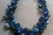 Collares / Gargantillas de varias combinaciones de colores. Hechas de distintas materiales ( rocalla, cristal, piedra natural , cristal swarovski, nácar y etc.