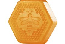 Honeymania! / Zanurz swoje ciało w słodkim nawilżeniu, dzięki linii Honeymania™. Poznaj kosmetyki do pielęgnacji ciała i do kąpieli, wyprodukowane na bazie dzikiego miodu, który nawilża tak samo dobrze, jak pachnie! / by The Body Shop Polska