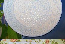platos con cáscara de huevos