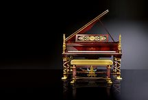 C. Bechstein Sphinx grand piano /  The Sphinx grand piano – a masterpiece  The formidable sound quality combines modern concert culture with a regal presence. C. Bechstein has succeeded in resurrecting this historic treasure. This outstanding piece took 1800 working hours to create, over a total production time or 32 months.