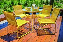 Linha Pina / Contemporaneidade é a palavra que traduz a linha Pina. Suas formas são simples e de proporções bem definidas entre os elementos. Composta por conjunto de mesa redonda e cadeiras, mesa alta, banqueta e espreguiçadeira, sua maior particularidade é derivada de suas cores atrativas e contrastantes.