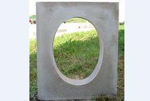 Oeils-de-boeuf en pierre reconstituée ou béton, ronds ou ovales / Œil-de-bœuf en pierre reconstituée (béton préfabriqué) modèle ovale monobloc; Œil de bœuf, aspect bouchardé; Œil de bœuf, habillage de fenêtre en 4 plaquettes moulurées
