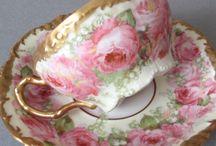 Bellas rosas en taza