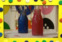 Glitterpotten knutselen / Je kunt met lege flesjes of potjes aan de slag gaan! Mascha en Anouk gaan er helemaal los mee!