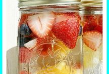 Mason Jar Drinks / Quench your thirst with Mason jar recipes for drinks like Mason jar hot chocolate mix. These Mason jar food ideas are perfect for you or to give as a gift to just about anyone on your list.  For more Mason jar ideas visit: http://masonjarbreakfast.com/.
