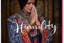 18 itys = Humility (nederigheid) / Humility Nederigheid, zoals je je nederig kunt voelen in een groots landschap. Of als je ziet hoe een plant groeit. Het gaat om het besef dat je een radertje in de kosmos bent, een onderdeel van de natuur.  Onderdanigheid? Nee, dat is iets heel anders. Niemand is minderwaardig aan jou, jij bent ook niet minderwaardig aan anderen. Zie jezelf als een dienaar van het goddelijke - het goddelijke in de ander, maar ook in jezelf.