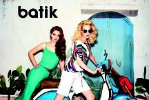 2012 Summer 'Italy' / Siyah, beyaz, çizgili kumaşlardan veya birleşimlerden oluşan pantolon, bluz, atlet, triko ve çanta modellerinin ağırlıkta olduğu tema, zümrüt renginin parlaklığı ile birleşir ve göz alıcı bir şıklık oluşturulur. Temada çizgili trikolardan, uzun elbiselere, basic atletlerden, şık bluzlara ve sezonun hit parçaları olan kare formda çantalardan sivri burun stilettolara kadar birçok alternatif bulunmaktadır.