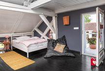 Amedeo Modigliani 50m2 / Nowo urządzony apartament na piętrze o powierzchni 50 m2, z osobnym wejściem.  W przeciwieństwie do pozostałych apartamentów, urządzony jest w innej kolorystce, jednak z zachowaniem stylu i wystroju wnętrza charakterystycznego dla Siedliska. I tutaj widoczne jest zamiłowanie właściciela do sztuki i architektury. Otwarta przestrzeń łączy pokój z kuchnią oraz sypialnią i zapewnia Gościom wypoczynek oraz wygodę.