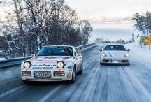 Carrera ártica / El Porsche 944 Turbo y el 718 Cayman S se sumergen en un exigente viaje ártico, recorriendo Noruega y Suecia.
