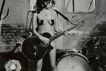 Amy Winehouse / Amy Jade Winehouse (Londres, 14 de setembro de 1983 — Londres, 23 de julho de 2011) foi uma cantora e compositora britânica conhecida por seu poderoso e profundo contralto vocal e por sua mistura eclética de gêneros musicais, incluindo soul, jazz, R&B e ritmos caribenhos, como o ska. Oriunda de uma família com forte tradição musical ligada ao jazz, Winehouse ingressou na carreira artística ainda na adolescência, apresentando-se em pequenos clubes do gênero em Londres.