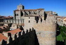 Ávila / Ávila: La mitología atribuye la fundación de la ciudad a Hércules, quién le daría el nombre de Obula en honor a su madre, pero los primeros vestigios de población que pueden atestiguarse se relacionan con las tribus celtas; concretamente con los vettones, que se instalarían alrededor de la ciudad actual aproximadamente sobre el 700 a. de C. (Castros de Ulaca, las Cogotas y Chamartín), asociados a ellos aparecen los míticos verracos de granito, diseminados por Ávila y provincia.