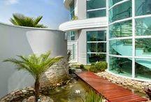Casas com Lagos e Espelhos d'água! / Veja + Inspirações e Dicas de decoração no blog!  www.construindominhacasaclean.com