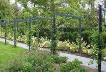 Grote tuin / Om de grote tuin te bedwingen maken we gebruik van grote oppervlakten. Ruim opgezette terassen, omvangrijke waterpartijen, flinke bomen, riante gazons en brede paden. Natuurlijk voorzien <BR>van comfortable meubelen en uitstekende verlichting.