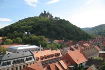 Wernigerode - Die Bunte Stadt am Harz / Touristenmagnet, starker Industrie - und Wirtschaftsstandort, Bildungsstätte für mehr als 3.000 Studenten, Forschungsstandort - das alles und noch mehr ist Wernigerode. Der kleinstädtische Lebensrhythmus lässt Leben, Wohnen und Arbeiten in Einklang bringen. Das Flair der Stadt schafft Raum für neue Entdeckungen. Besonderes Schmuckstück ist die Altstadt, über der das Schloß Wernigerode thront.
