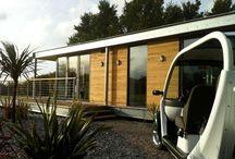 Sencillo y útil / Pequeña casa modular de diseño. La vivienda de una planta posee una estructura metálica. Los acabados son de madera y en el techo, por ahorros de energía y solidaridad con el medio ambiente, hay paneles solares.