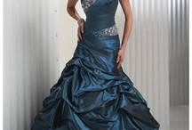 I love ball gowns and other pretty dresses.  / by Holly Prze