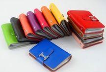 Dámske kožené vizitkáre / Dámske kožené vizitkáre z rôznych druhov koží a textílií. V našom sortimente nájdete luxusné vizitkáre a púzdra na vizitky alebo karty. Púzdra na vizitky slúžia na pohodlné odloženie Vašich dokumentov, kariet a vizitiek. Vhodné na manažérske pozície ale aj na každodenné nosenie. Luxusné a elegantné kožené vizitkáre. Objednávajte jednoducho a lacno cez náš internetový obchod. Vizitkáre v rôznych motívoch a farebných prevedeniach za rozumné ceny.