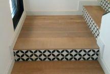 Escalier imprimé, coloré ! / Lisez notre article sur https://petale-de-carreaux.fr/decorer-ses-escaliers  Nous trouvons aujourd'hui des tapisseries qui peuvent être installées sur un seul pan de mur, soit parce qu'elles sont très chargées soit parce qu'il y a un motif et quand on le multiplie cela alourdit considérablement l'espace. De ce fait et pour éviter d'être frustré, ce mur nous sert à y installer cette magnifique tapisserie qui ne sort plus de notre tête.