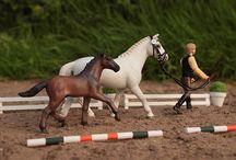 Лошади шляйх с заплетёнными гривами и хвостами