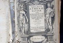Meurs, Johannes van. Ioannis MeursI Athenae Batavae, siue De vrbe Leidensi, & Academia,... / Primera edició del llibre de Johannes van Meurs, acadèmic i antiquari holandès, dedicat a  la ciutat de Leiden. Tracta de la seva història, afegint-hi la biografia d'aquells dels seus ciutadans que van ocupar posicions més destacades.  És una obra profusament il·lustrada,  amb un bon nombre d'excel·lents gravats calcogràfics integrats en el text o en fulls de làmines.  Alguns d'aquests gravats van ser fets de la mà de Willem de Haen, Willem Isaaksz Swanenburgh i Simon Passe...