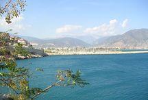 RivieraHome - Türkische Riviera / Die Türkische Riviera ist wohl der bekannteste Teil der Türkischen Mittelmeerküste. Sie erstreckt sich von Antalya im Nordwesten bis zum Kap Anamur im Südosten. Über 300 Sonnentage im Jahr und ein auch im Winter angenehmes Klima ziehen nicht nur Urlauber an, sondern auch Menschen, die längere Zeit oder dauernd dort leben möchten.