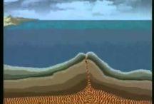 """Tectónica de placas (4º ESO) / Tectónica, del griego τεκτονικός, tektonicós, """"el que construye"""". Es una teoría geológica que explica la forma en que está estructurada la litosfera. La teoría explica las placas tectónicas que forman la Tierra y los desplazamientos que se observan entre ellas, la formación de cadenas montañosas (orogénesis), porqué los terremotos y volcanes se concentran en ciertas regiones del planeta o porqué las grandes fosas submarinas están junto a islas y continentes y no en el centro del océano."""