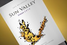 Sun Valley / Sun Valley is the name of the place where the grapes for red wines are. The modern illustration in black and golden on the label represents birds that are often in the vineyards of this winemaker. They symbolize both earth and sun. This illustration created by Caliptra makes you enter in this wonderful world.